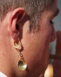 A férfi fülbevalónak is megvan a helye a mai divatban